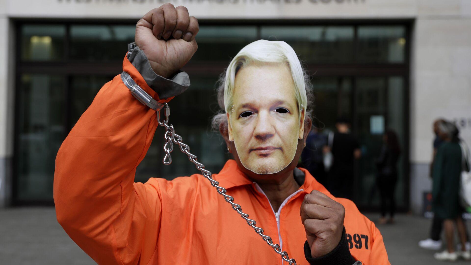 Un manifestante por la liberación del fundador de Wikileaks, Julian Assange - Sputnik Mundo, 1920, 03.06.2021
