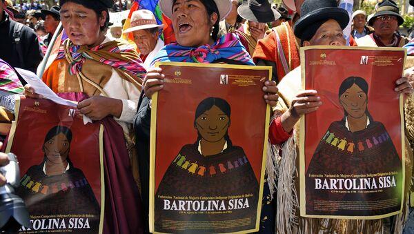Mujeres indígenas bolivianas con un cartel con el rostro de Bartolina Sisa - Sputnik Mundo
