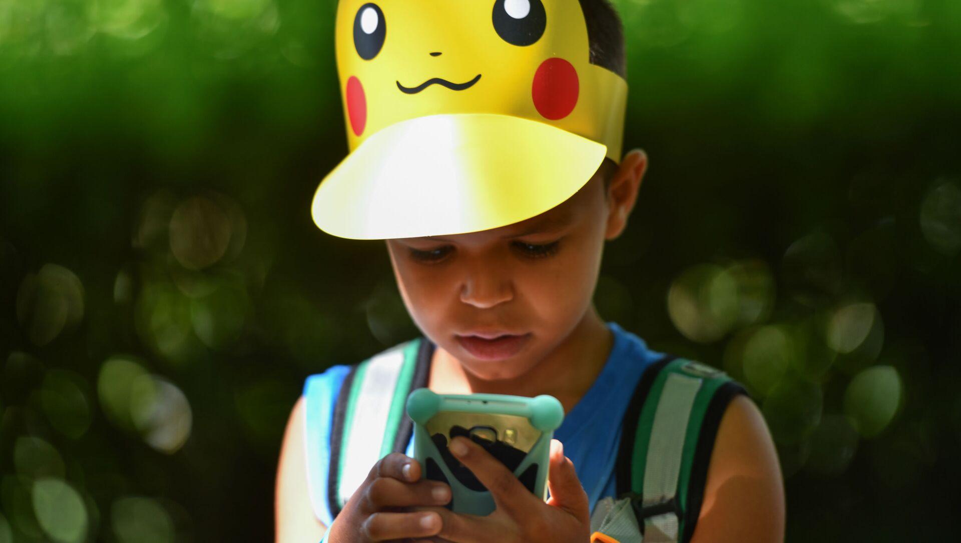 Un niño jugando a Pokémon Go - Sputnik Mundo, 1920, 05.09.2020