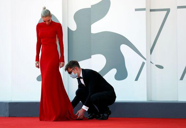 Актриса Ванесса Кирби на красной дорожке Венецианскго кинофестиваля - Sputnik Mundo