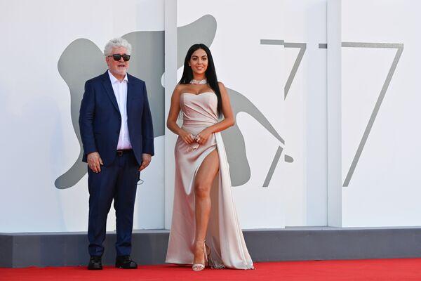 Режиссер Педро Альмодовар и актриса Джорджина Родригес на Венецианском кинофестивале - Sputnik Mundo