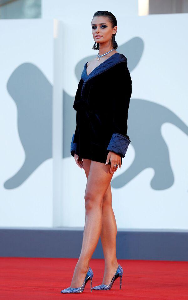 Американская супермодель Тейлор Хилл на красной дорожке 77-го Венецианского кинофестиваля - Sputnik Mundo