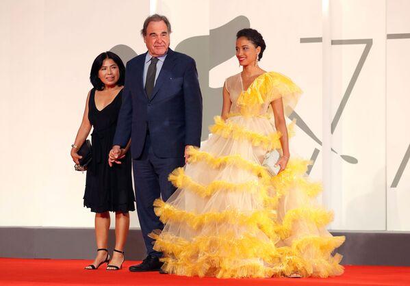 Режиссер Оливер Стоун с супругой Сан-Юнг Юнг на красной дорожке 77-го Венецианского кинофестиваля - Sputnik Mundo