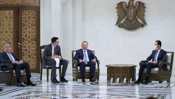 El ministro de Exteriores ruso, Serguéi Lavrov, (izquierda) y el presidente de Siria, Bashar Asad (derecha) - Sputnik Mundo