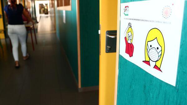 Medidas contra el coronavirus en un colegio español - Sputnik Mundo