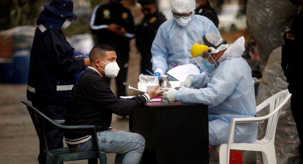 Médicos realizan una prueba de coronavirus en Lima, Perú