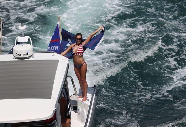 Los partidarios de Trump desfilan en bikinis sobre las olas - Sputnik Mundo
