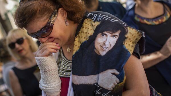 Una fan llora la muerte de Camilo Sesto en Madrid - Sputnik Mundo