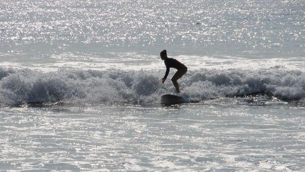 Foto referencial de una surfista - Sputnik Mundo