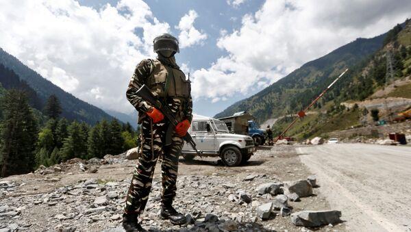 Un militar indio en la zona de Ladakh - Sputnik Mundo