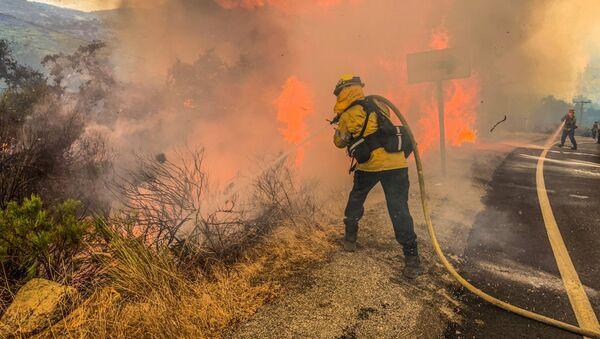 Los bomberos extinguen un incendio en Alpine, California - Sputnik Mundo
