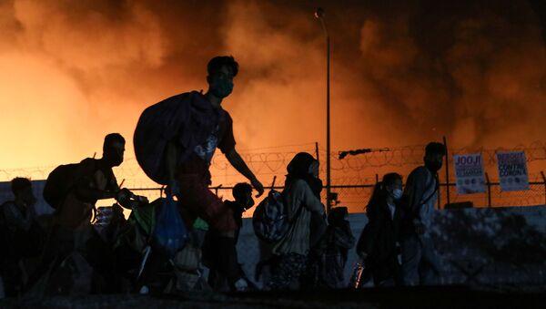 Incendio en el mayor campo de refugiados en Lesbos, Grecia - Sputnik Mundo