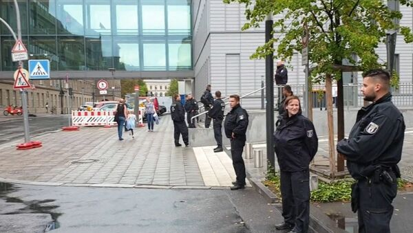 Los policías cerca del hospital universitario Charité-Universitätsmedizin de Berlín, donde recibe tratamiento el opositor ruso Alexéi Navalni - Sputnik Mundo