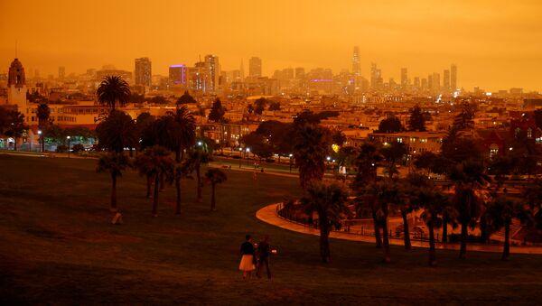 Оранжевое от лесных пожаров небо в Сан-Франциско, Калифорния - Sputnik Mundo