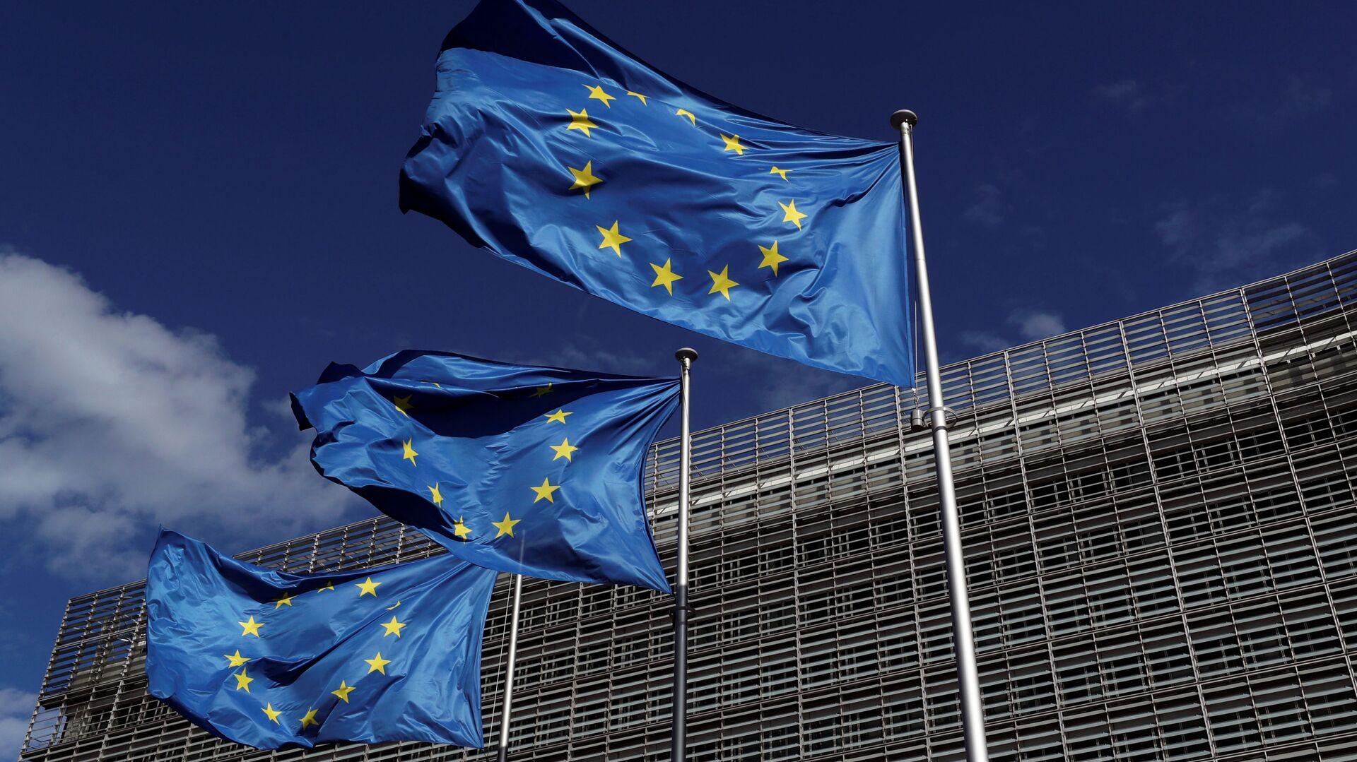 Banderas de la Unión Europea junto a la sede de la Comisión Europea, en Bruselas - Sputnik Mundo, 1920, 11.03.2021