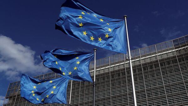 Banderas de la Unión Europea junto a la sede de la Comisión Europea, en Bruselas - Sputnik Mundo