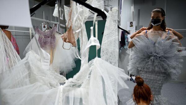 Una modelo se prepara entre bastidores  durante la Mercedes Benz Fashion Week 2020 - Sputnik Mundo