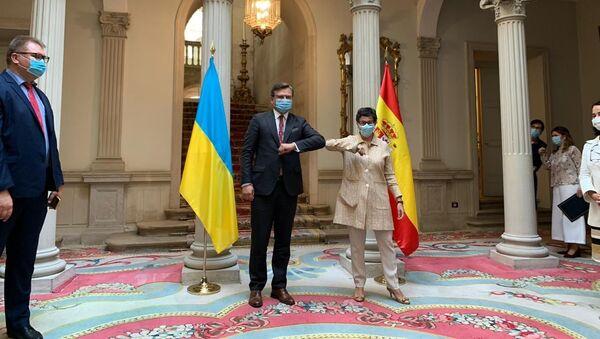 El ministro de Exteriores de Ucrania, Dmitri Kuleba y su par española, Arancha González Laya - Sputnik Mundo