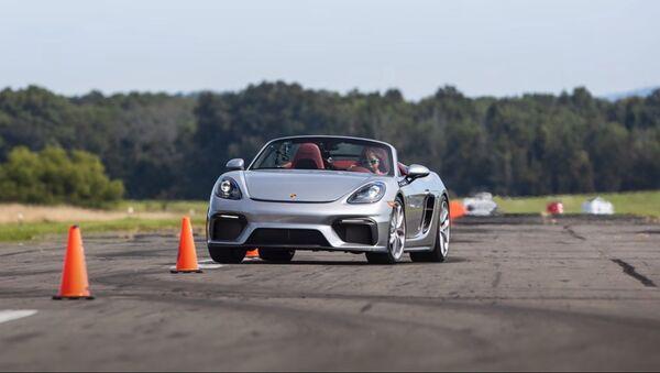 La piloto Chloe Chambers al volante de un Porsche 718 Spyder - Sputnik Mundo