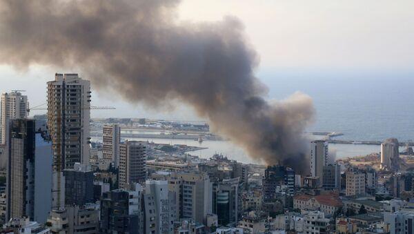 Un incendio en el puerto de Beirut, el Líbano - Sputnik Mundo
