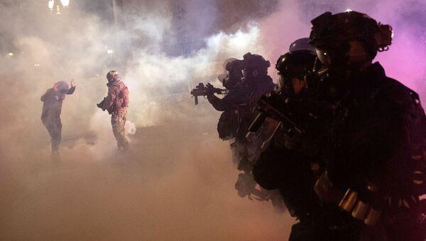 Uso de gas lacrimógeno durante las protestas en Portland, EEUU - Sputnik Mundo