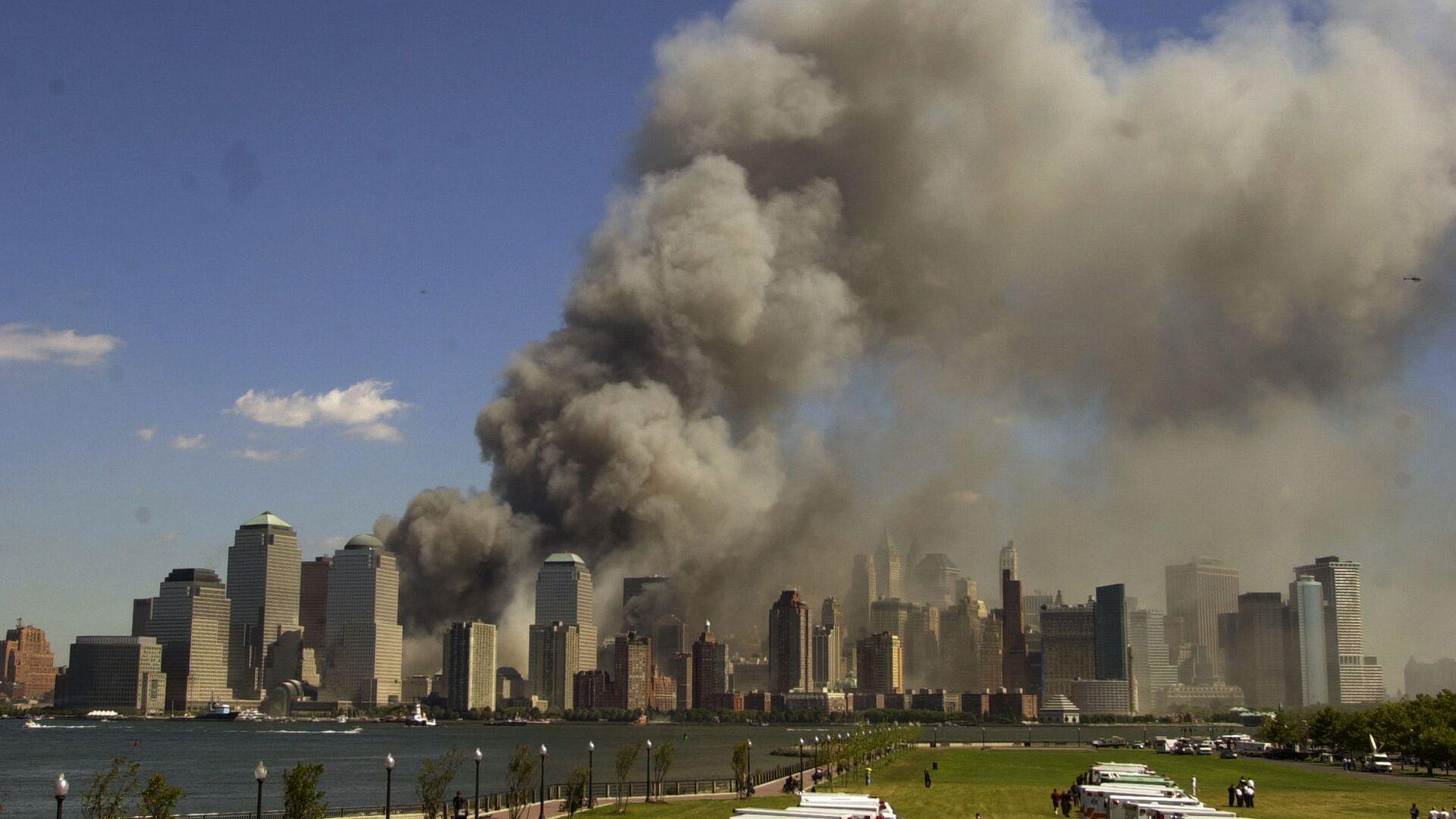 Башни Всемирного торгового центра в огне после теракта 11 сентября - Sputnik Mundo, 1920, 08.09.2021