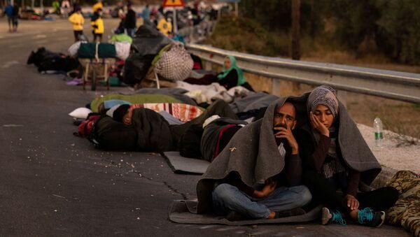 Refugiados y migrantes tras el accidente en el campo de Moria en Grecia - Sputnik Mundo