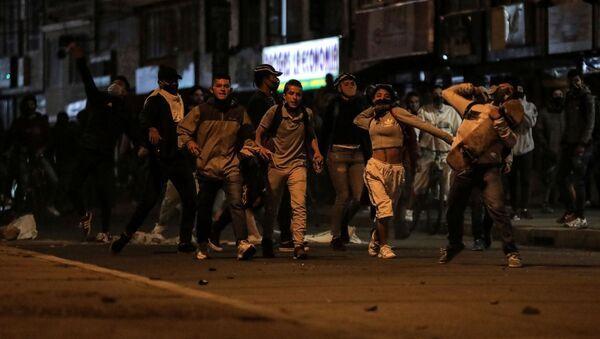 Unas personas protestan cerca a una estación de Policía en Bogotá después de que un hombre muriera tras un procedimiento policial - Sputnik Mundo