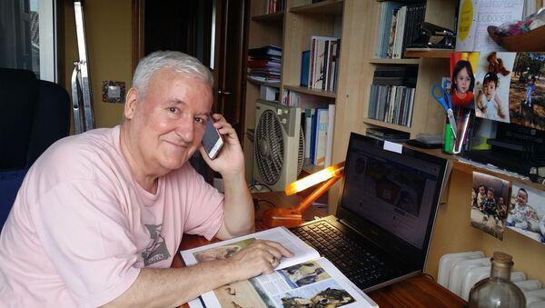 Un voluntario de la iniciativa 'Cuentos por teléfono', en la biblioteca de Soto del Real (Madrid) - Sputnik Mundo