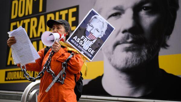 Сторонница Джулиана Ассанжа на митинге против экстрадиции Джулиана Ассанжа в Лондоне, Великобритания - Sputnik Mundo