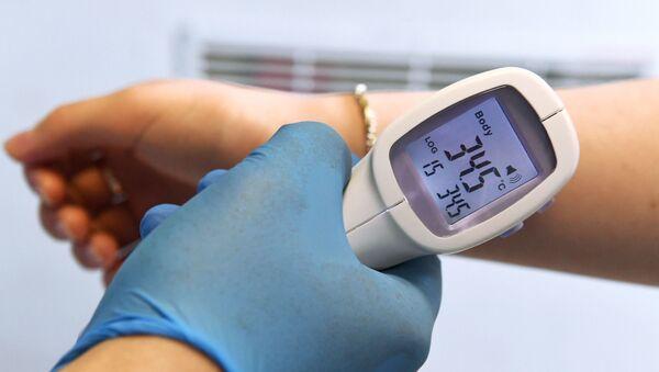 Miden la temperatura corporal en una de las escuelas de Msocú - Sputnik Mundo