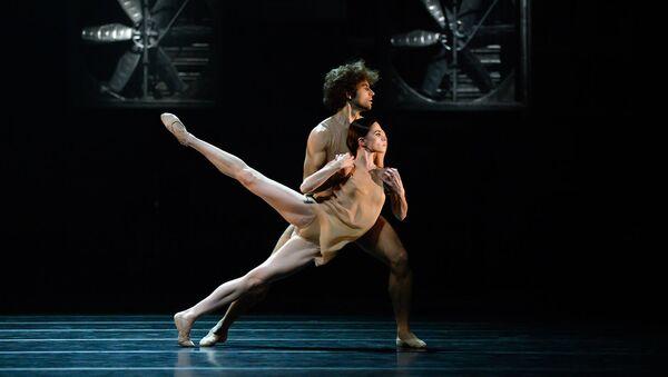 Igor Tsvirkó y María Vinogradova en el 'ballet' 'Just' por Simone Valastro en el teatro Bolshói - Sputnik Mundo