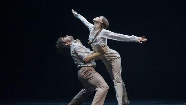 Igor Tsvirkó y María Vinogradova en el 'ballet' 'Fading' por Dimo Milev en el teatro Bolshói - Sputnik Mundo