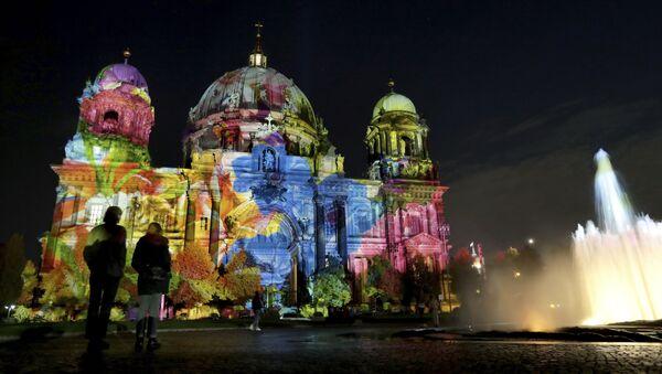 La Catedral de Berlín durante el festival de luces de 2019 - Sputnik Mundo