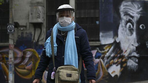 Una mujer caminando por Montevideo, Uruguay - Sputnik Mundo