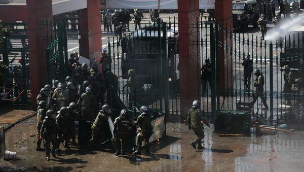 Carabineros de Chile diespersando una manifestación en Santiago - Sputnik Mundo