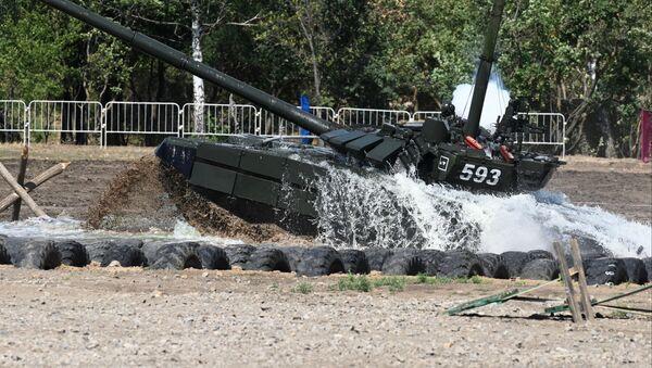 Un tanque T-72 supera un obstáculo acuático (archivo) - Sputnik Mundo
