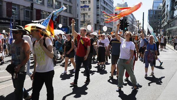 Personas asisten a una manifestación contra las restricciones impuestas en el marco de la pandemia de coronavirus en Berlín, Alemania, el 1 de agosto de 2020 - Sputnik Mundo