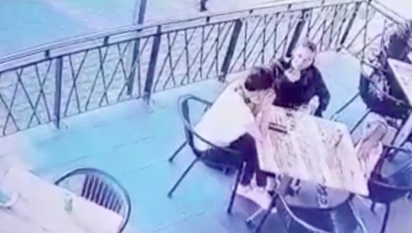 Un hombre intenta violentamente secuestrar a una niña a plena luz del día  - Sputnik Mundo