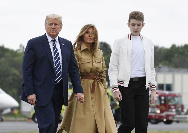 Donald Trump, presidente de Estados Unidos al lado de Melania, su esposa, y Barron, hijo de la pareja