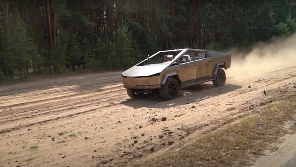 Unos mecánicos rusos construyen su propio Cybertruck - Sputnik Mundo