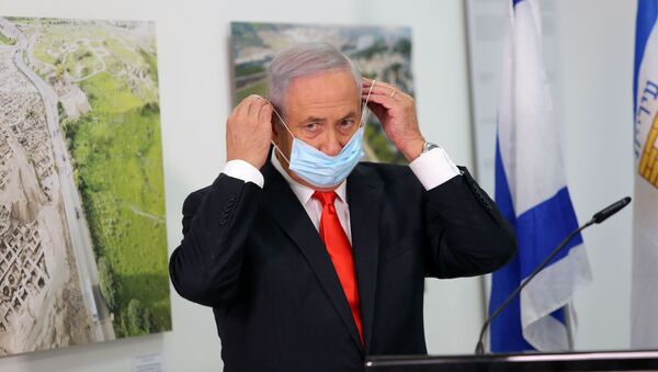 El primer ministro israelí, Benjamin Netanyahu, se ajusta su mascarilla durante una declaración oficial - Sputnik Mundo
