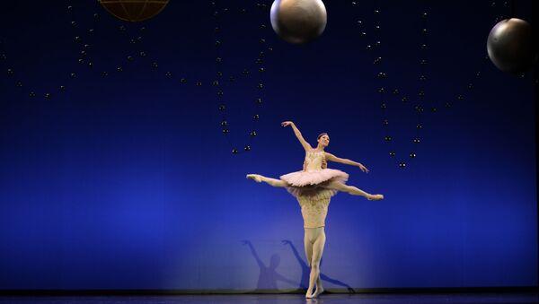 Bailarines de la Compañía Española de Danza durante un espectáculo - Sputnik Mundo