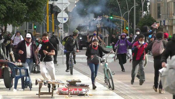 La policía enfrenta a los manifestantes con gas lacrimógeno en Bogotá - Sputnik Mundo