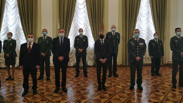 El ministro del Interior, Fernando Grande-Marlaska, y el embajador Yuri Korchagin junto a los agentes condecorados - Sputnik Mundo