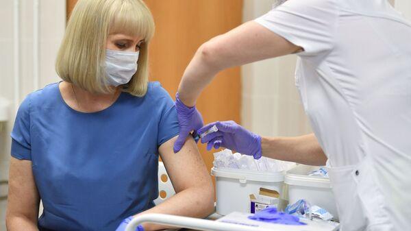 Vacunan con Sputnik V a una voluntaria en un hospital de Moscú - Sputnik Mundo