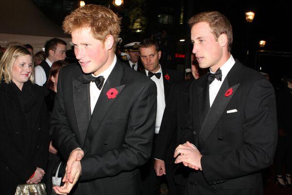 El príncipe Harry y su hermano, Guillermo, en 2008 - Sputnik Mundo