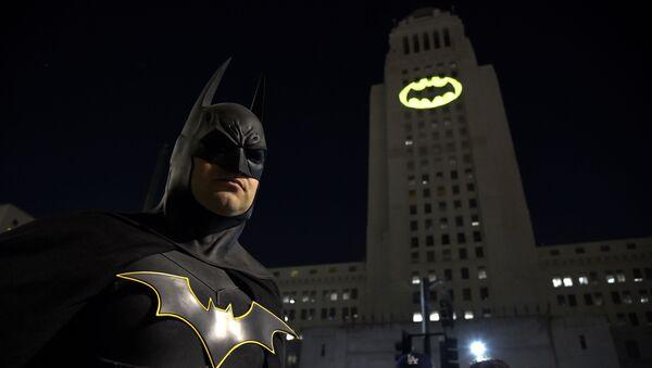 Hombre disfrazado de Batman en un tributo a Adam West en Los Ángeles (imagen referencial) - Sputnik Mundo
