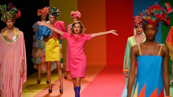 Ágatha Ruiz de la Prada al final de su desfile en la Mercedes-Benz Fashion Week Madrid - Sputnik Mundo