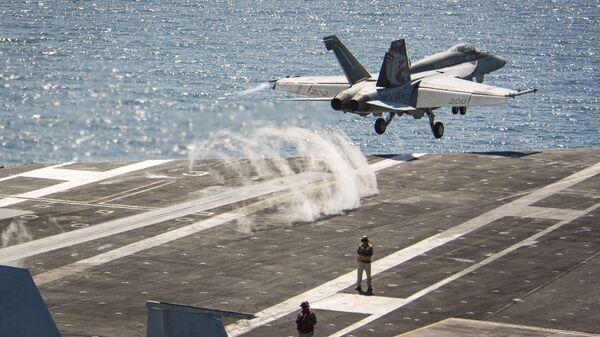 Un F/A-18E Super Hornet despega desde el portaviones USS Carl Vinson  - Sputnik Mundo